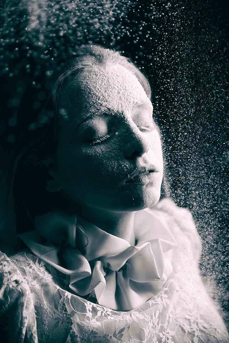 Ein Mädchen mit weißem staub und geschlossenen Augen.