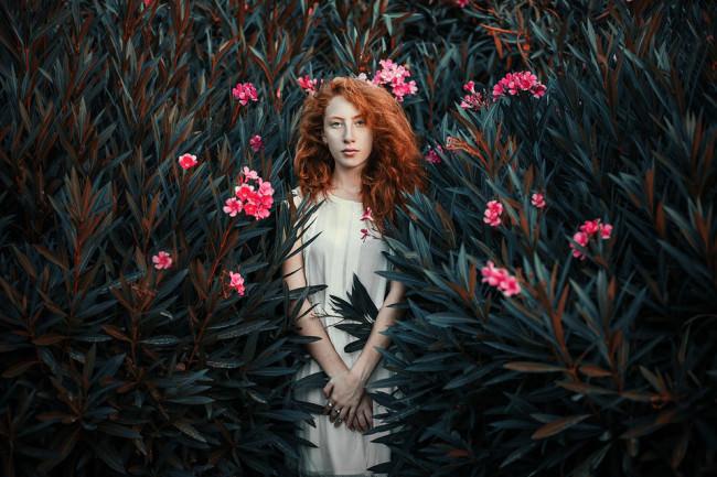 Eine Frau steht in einem Busch.