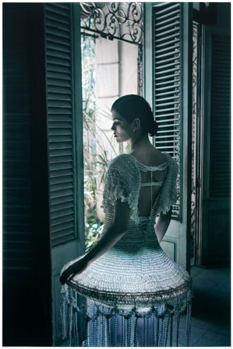 Eine Frau in einem Kleid, das einer Lampe ähnelt.