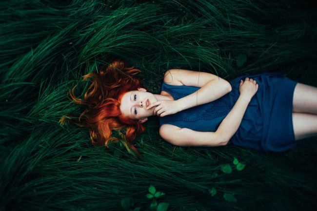 Eine Frau liegt auf einer Wiese