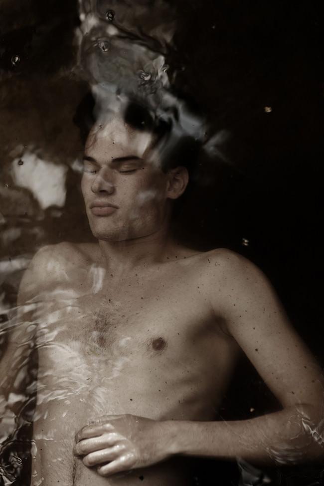 Ein Mann unter Wasser.
