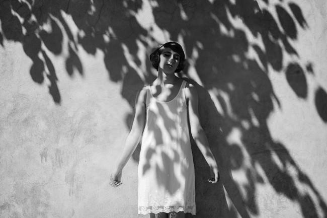 Eine Frau im Schatten eines Baumes.