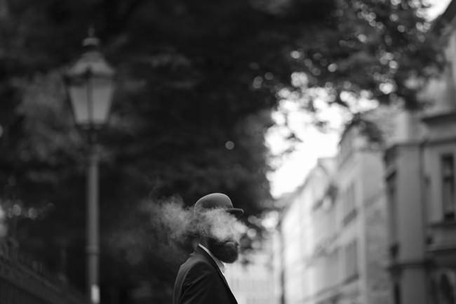 Ein Mann mit Hut und Rauch.