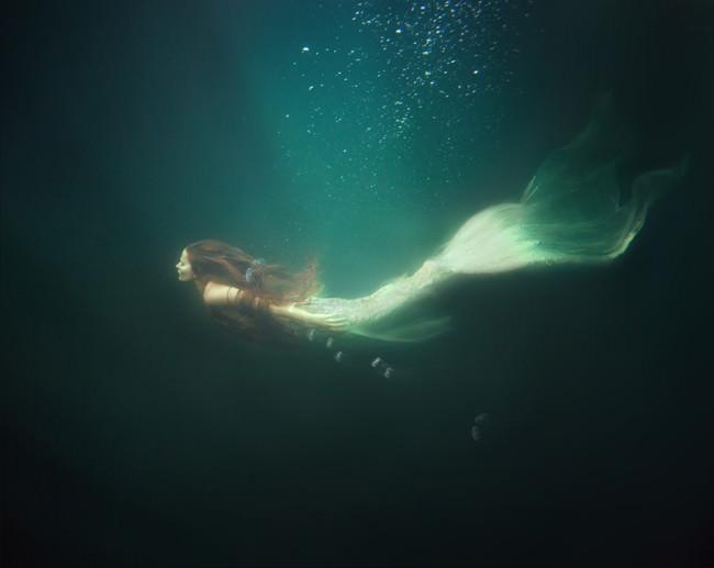 Eine Meerjungfrau im Wasser.