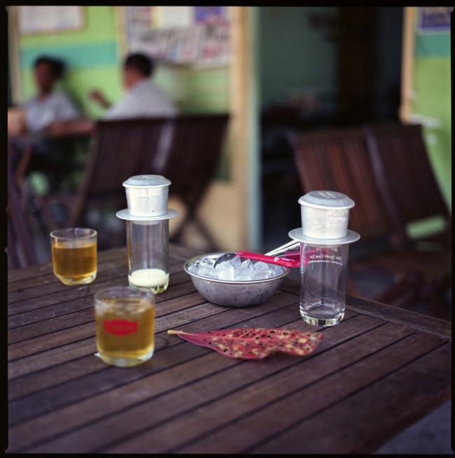 Zwei Gläser Tee auf einem Tisch und  vietnamesischer Kaffee