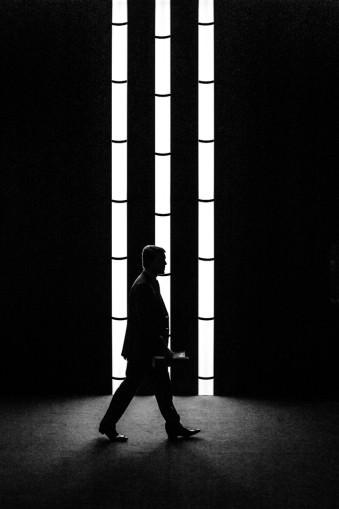 Eine Person vor Lichtstäben.