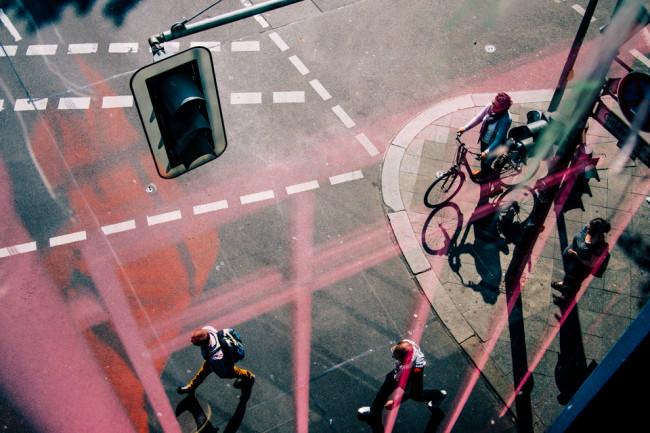Spiegelung mit Blick auf eine Straße von oben.