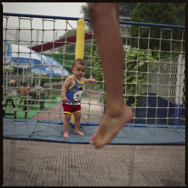 Ein kleiner Junge stiert auf einen schwebenden Fuß