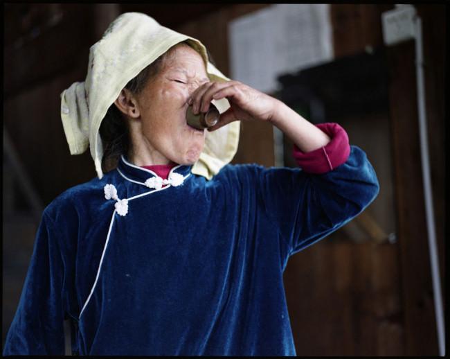 Eine Frau trinkt Schnaps.