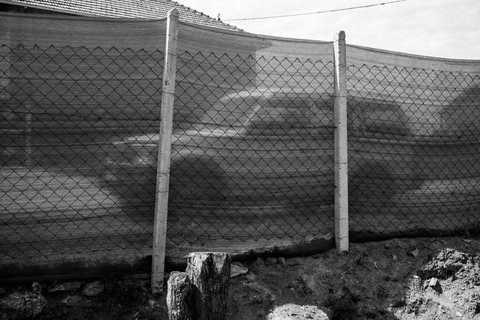 Ein Jeep hinter einem Zaun