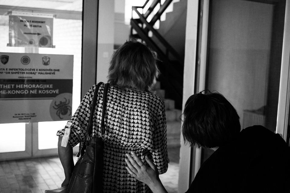 Zwei Frauen laufen durch eine Tür.