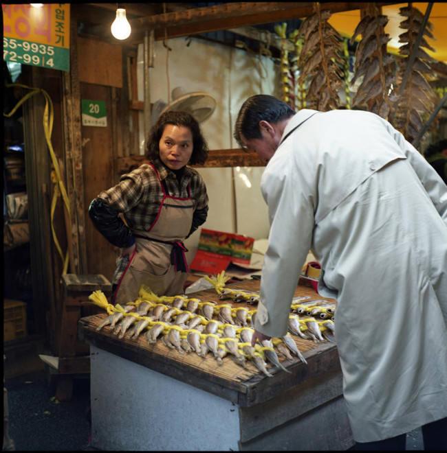 Eine Fischverkäuferin hat einen Kunden