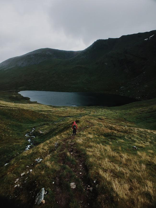 Landschaftsbild mit einer Person in roter Jacke