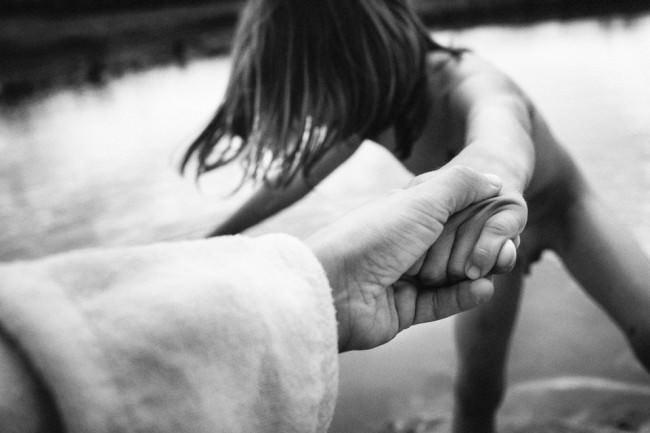 Eine Hand hält eine andere Hand.