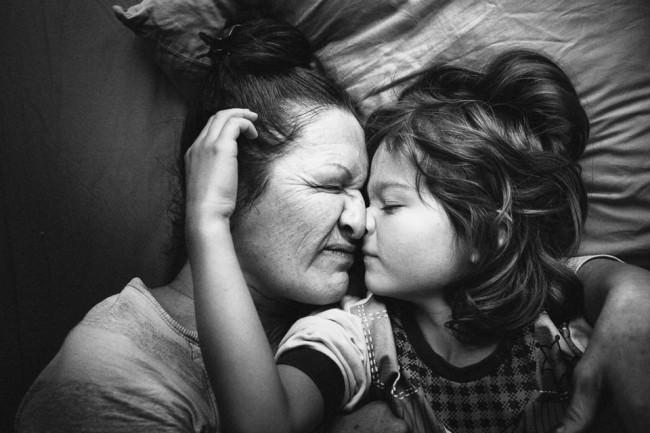 Eine Frau und ein Junge berühren sich an der Nase.