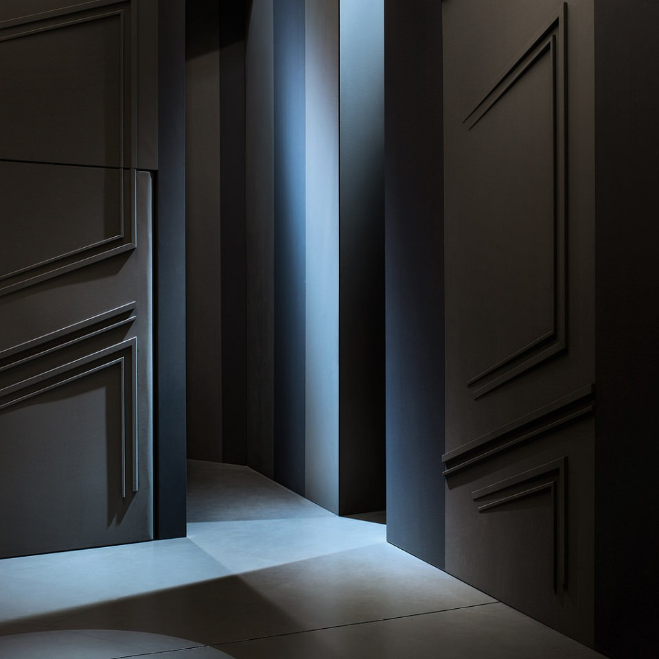 Schwarz-blaues Licht- und Schattenspiel zwischen den Wänden einer Kulisse.