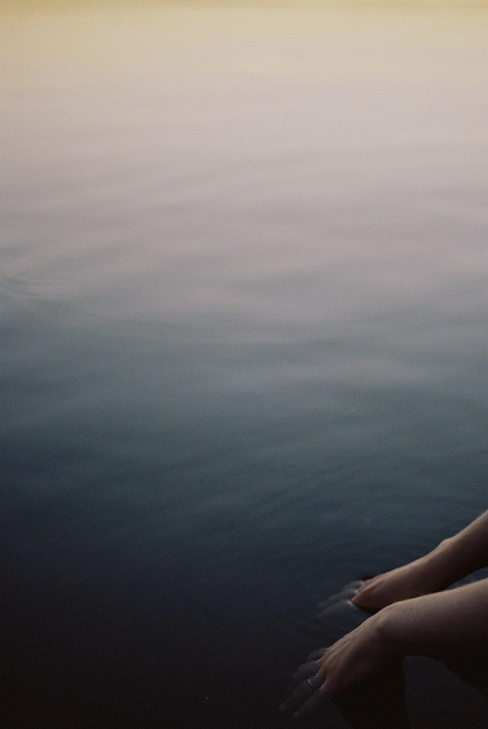 Hände im Wasser.