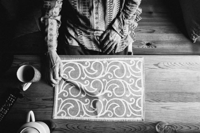 Eine Decke und eine Hand, die sie berührt.