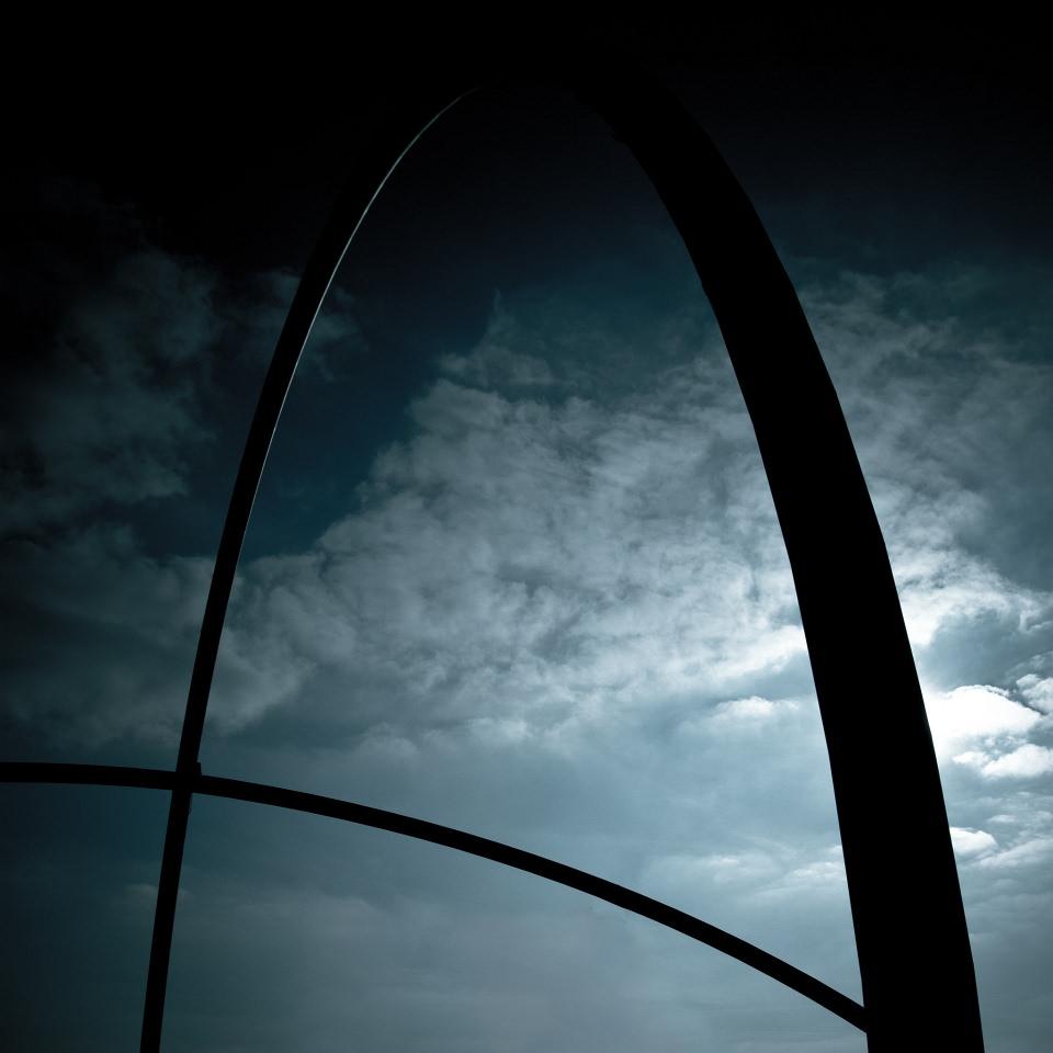 Hoher Bogen vor einem kontrastreichen Wolkenhimmel.