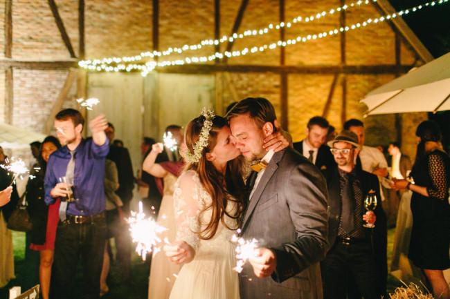Ein Brautpaar mit Wunderkerzen