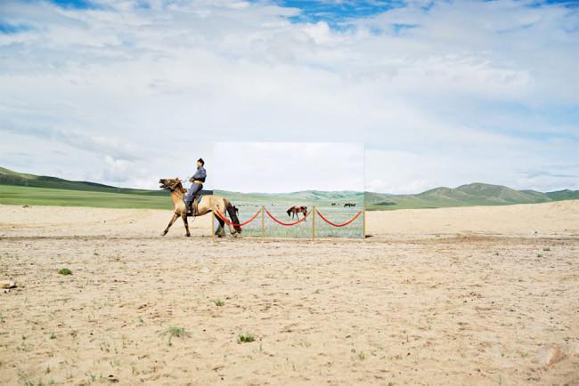 Ein Mann reitet auf einem Pferd durch die Steppe