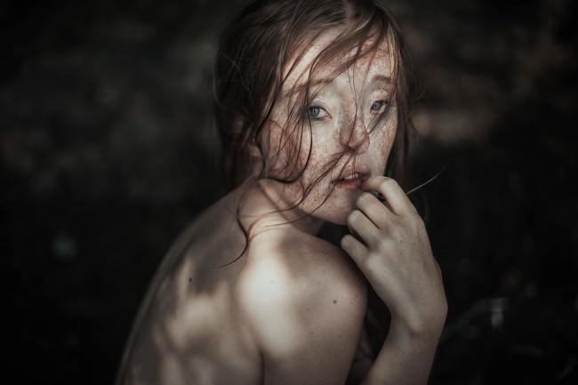 Ein Mädchen mit nassen Haaren im Gesicht.