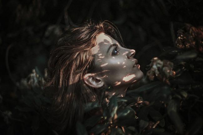 Eine Frau mit Lichtpunkten im Gesicht.