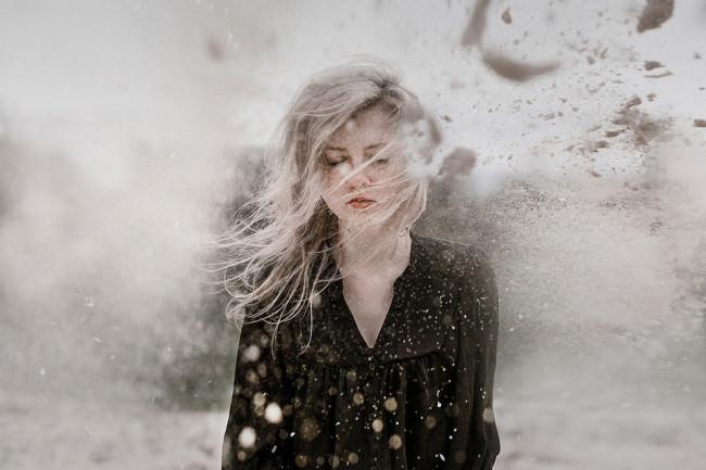 Ein Mädchen in einem Sandsturm