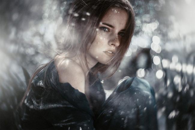 Ein Mädchen in einem Wirbel aus Staub.