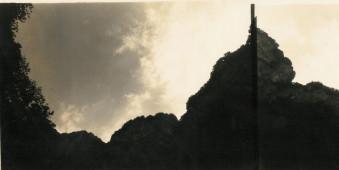 Eine Bergkette und der Blick in den wolkihen Himmel.
