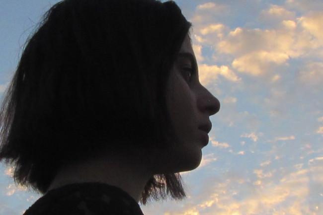 Frau vor Wolkenhimmel