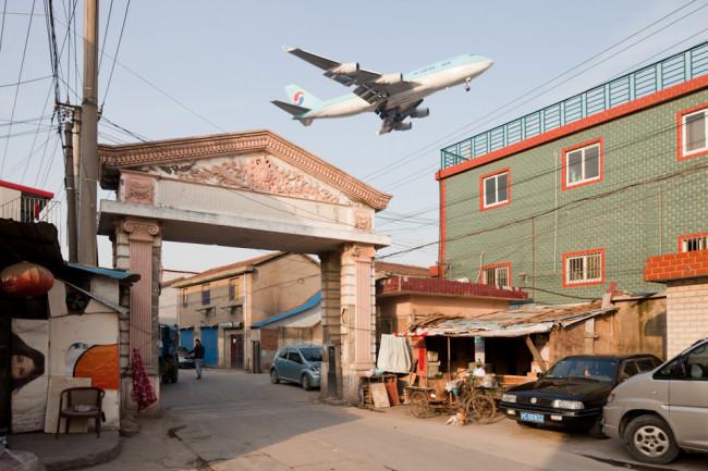 startendes Flugzeug über Stadtlandschaft