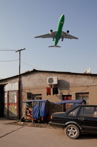 startendes Flugzeug über einem Wohnviertel