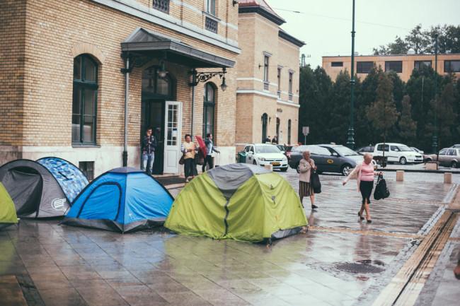 Zelte vor einer Bahnhofshalle