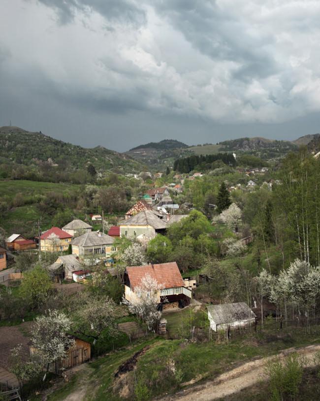 Blick auf ein Dorf, das sich einen Berg hinaufschlängelt.