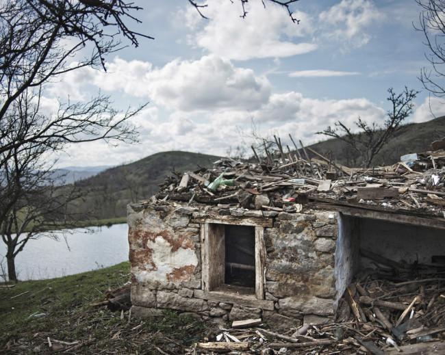 Blick auf ein zerstörtetes Haus in der Natur.