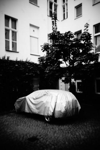 Ein abgedecktes Auto vor einem Haus