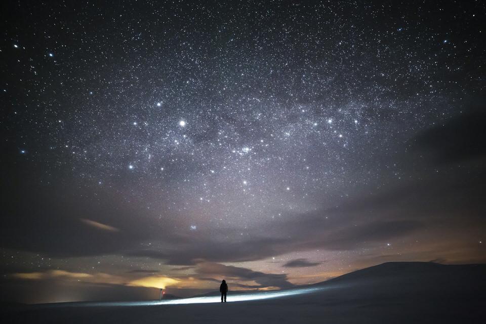 Eine Person und Sternenhimmel