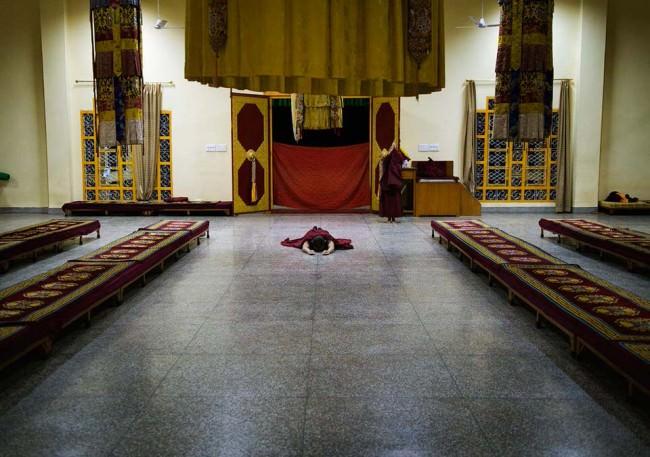 Ein Mönch liegt auf dem Boden eines Saales
