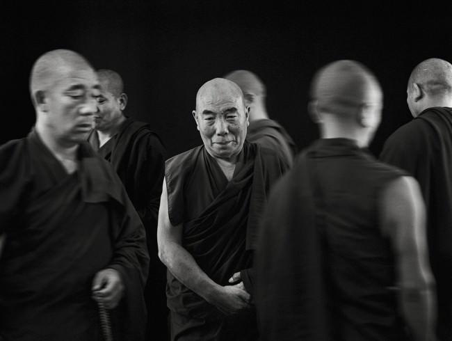 Mönche laufen im Kreis um einen anderen Mönch