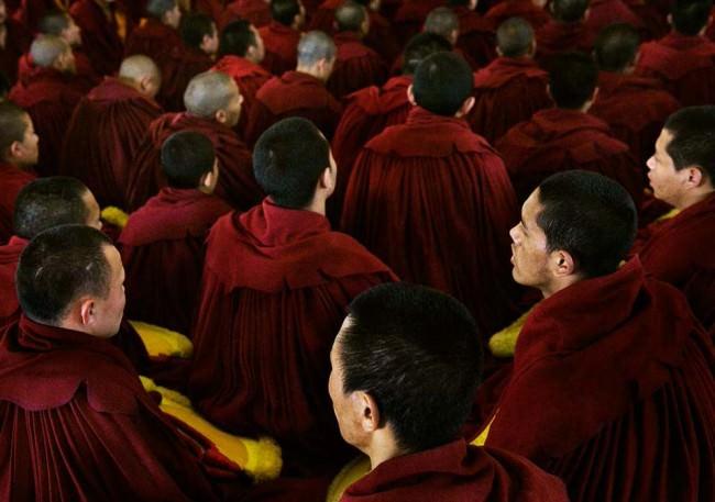 Mönche in roten Roben