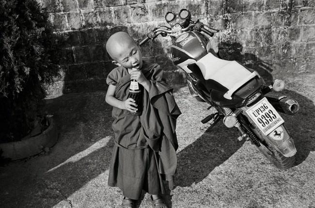 Ein kleiner Mönch mit einer Pepsi