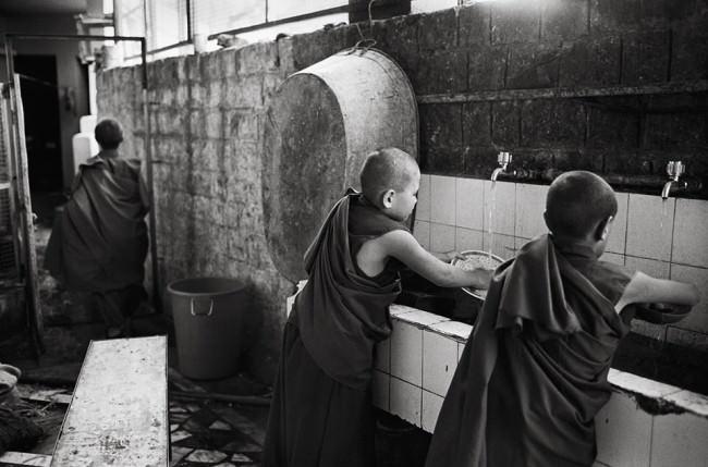 Mönche beim Spülen