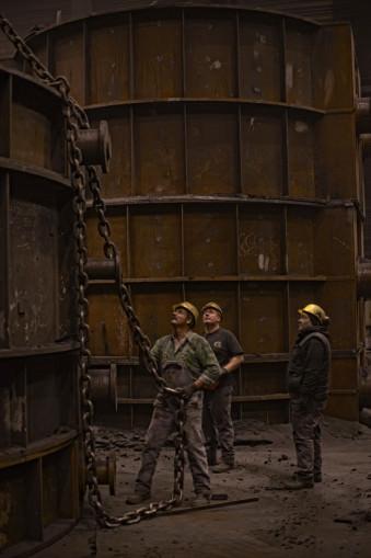 Arbeiter schauen nach oben.