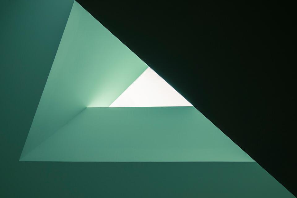 Blick auf eine dreiecksförmige Architektur-Ecke.