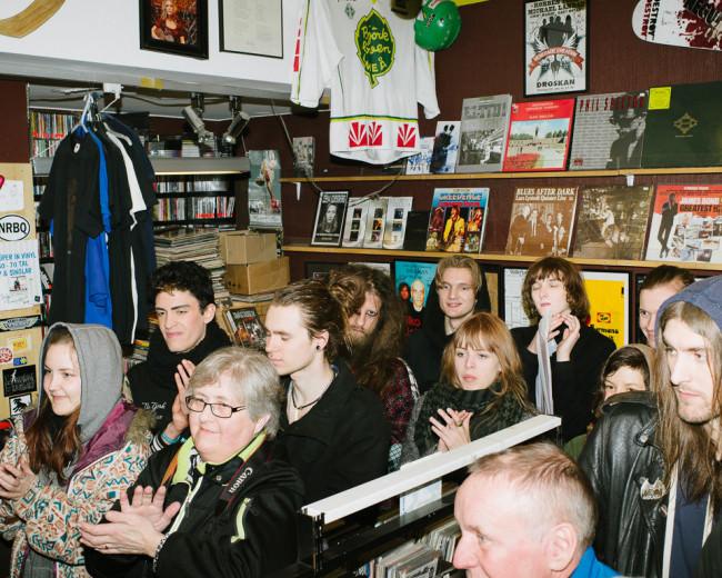 Zuschauer eines Konzertes klatschen.