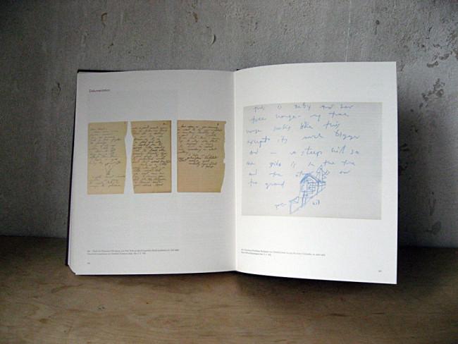 Links: Brief von Francesca Woodman aus New York an den Fotografen Hank Londoner, 27. Juli 1979. Rechts: Blauer Stift auf Barytpapier