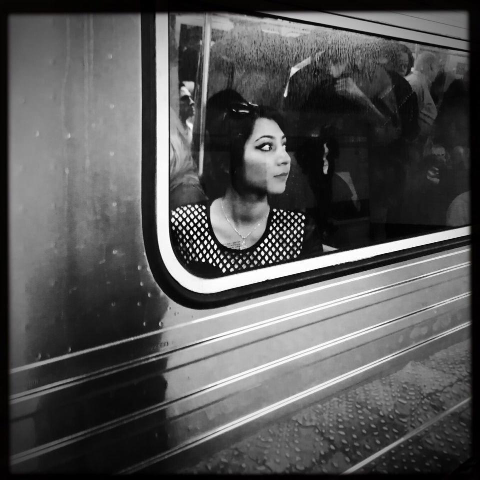 Eine junge Frau am U-Bahn-Fenster