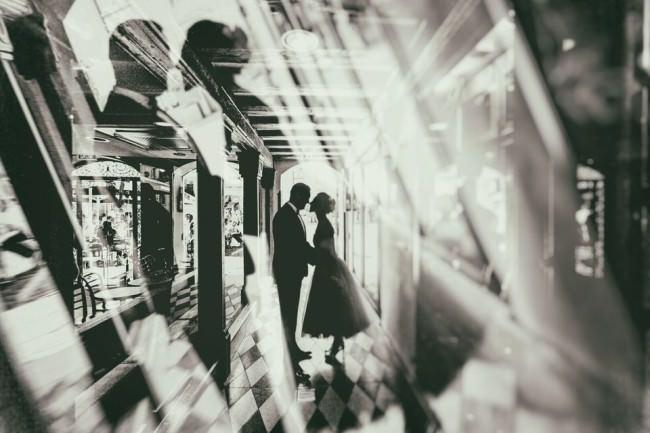 Ein Hochzeitspaarportrait mit Reflektionen