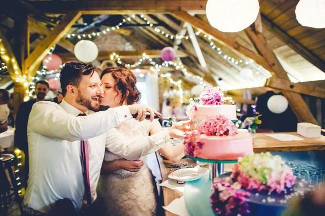 Ein Hochzeitspaar beim Kuchenanschnitt